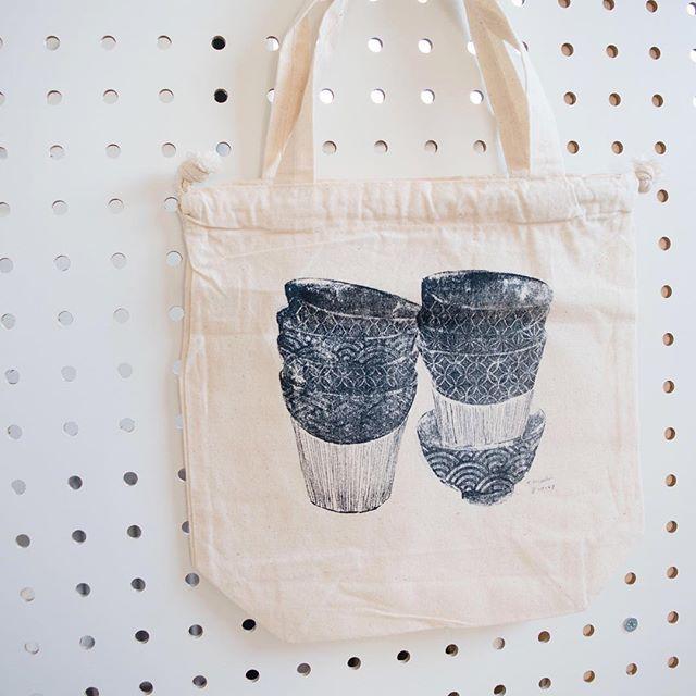 お弁当が入るstaking茶碗巾着。こちらは、滋賀ガリ版伝承館展覧会でご購入可能です。限定10点ご用意しています。展覧会をご覧になって作品は高いけど、こちらなら。。と気に入っていただけると嬉しいです!