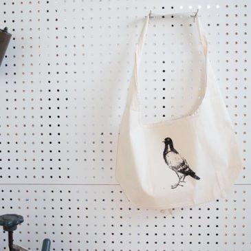 そして、同時販売の鳩ショルダーはこんな感じです!斜め掛けできますし、鳩だし、メッセンジャーバッグ的に決めても可愛いと思いますー#謄写版 #ガリ版 #グッズ #mimeograph #goods