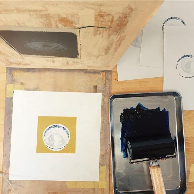 下準備の刷りが終わってそろそろ仕上げの線を刷り始めます。#謄写版 #ガリ版 #instadaily #instaart #mimeograph #printmaking