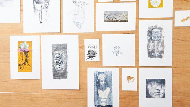 display. . .at the Solo Exhibiition of Gallery Salon Mosaic.(Osaka,Japan) Apr. 26-May.20,2018 ・Everyone of the print collectors in OSAKA, please have a look at the exhibition. display. . .at the solo Exhibiition of Salon Mosaic(Osaka,Japan) Apr. 28-May20,2018 Everyone of the print collectors in Osaka, please have a look at the exhibition. ————大阪天満サロンモザイクでの展示が始まります。・私の制作スタイルはモチーフを組み合わせて画面を構成する、コラージュ的な絵作りを長年行ってきました。・また同時に「作庭」を意識してモチーフを選び出し「描き刷る」ことを繰り返していました。私が用いている謄写版は大きな作品をするときには部分部分を刷り重ねる事でしか作り出せないので、偶然出会ったこの技法は私に合っていたのかもしれません。・近年作品ではコラージュというよりもモチーフにクローズアップした作品が多くなりましたが、誰かの元へ作品たちが渡るときにはコラージュ作品の一部分が渡って行ったという感覚はまだ消えません。・そんな粒のひとつひとつを寄せ集めた展示になる事を想って「Pieces」にしました。・10年前の過去作品から最新作まで展示予定です。