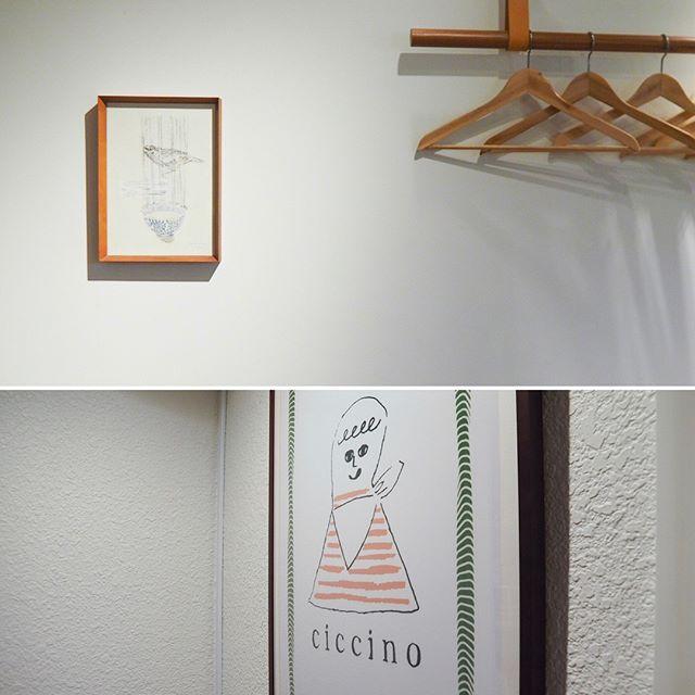 Sparrow&Wan/2018/Mimeograph,wash paper・------------・display. . .at the solo Exhibiition of Salon Mosaic(Osaka,Japan) Apr. 28-May20,2018 ・Everyone of the print collectors in Osaka, please have a look at the exhibition. ・------------・今日はあいにくの雨ですが、 #サロンモザイク での個展はオープンしております。期間中の数少ない作家在廊日ですので、何卒よろしくお願いします。・昨日は在廊日に合わせて来てくださった方で賑わっておりました。ご足労ならびにご購入していただきました皆様ありがとうございます。・さて、営業終了後早速ご購入していただきました作品を拝みに、展示されているイタリアンレストランciccinoさんへ。美味しい土佐地鶏とリゾットをいただきました。・ciccinoさんのの4周年記念でお馴染みのお客様からプレゼントとして私の作品を選んでくれたそう。お店に合うような額に入れていただけて大変感激いたしました。・個展会場の #サロンモザイク から徒歩圏内で行けますので是非でお食事していってくだいね。